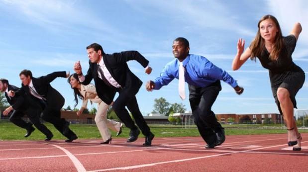 Varios-hombres-y-mujeres-ejecutivos-preparados-para-salir-corriendo-en-una-pista-de-atletismo-619x346